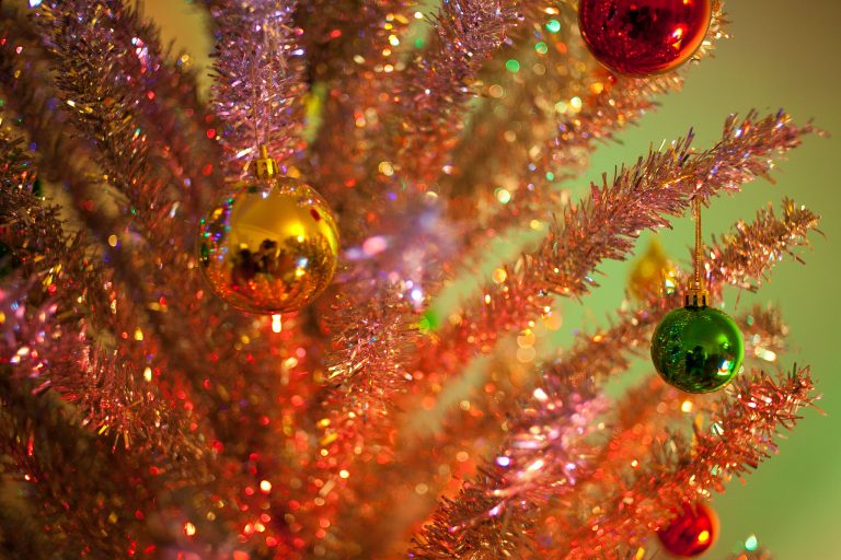 Aluminum Christmas tree in a vintage-feeling pink and green palette